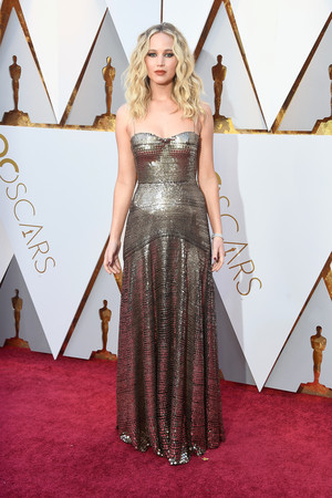 Золотой век: Дженнифер Лоуренс в Dior на премии «Оскар-2018» (фото 2)