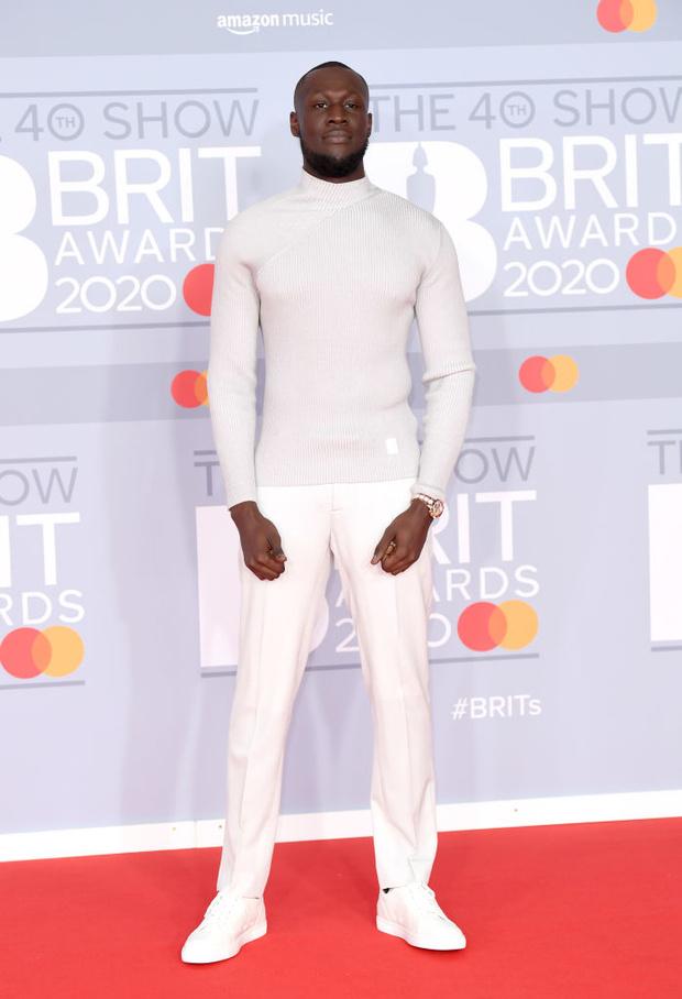 Жемчужные бусы, каблуки и белая водолазка: три лучших мужских образа BRIT Awards (фото 5)