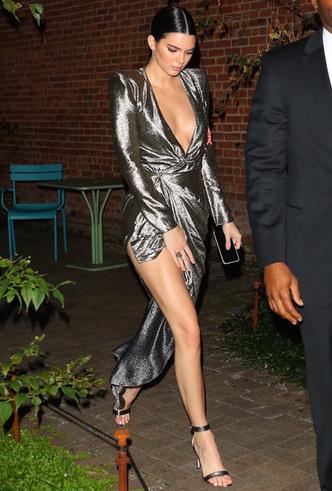 Само совершенство: Кендалл Дженнер в металлизированном платье Redemption фото [1]