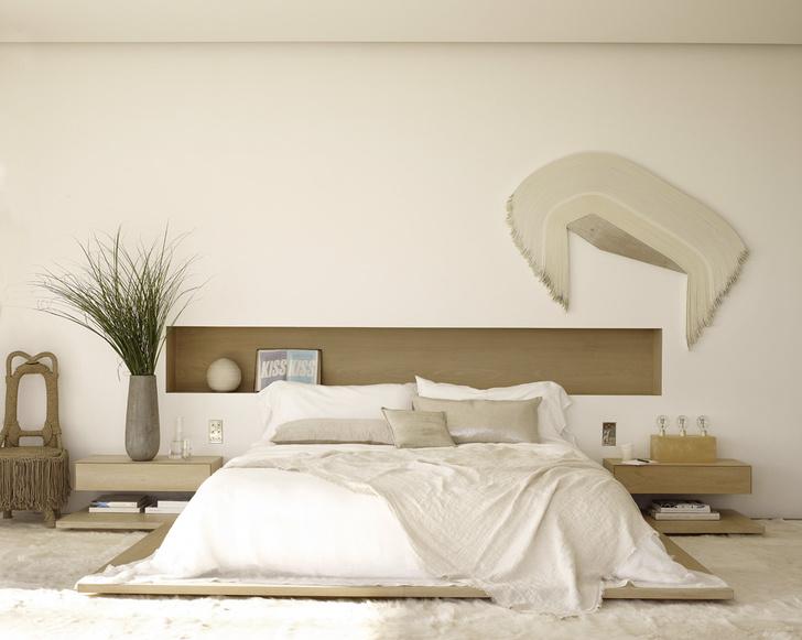 Спальня. Кровать и прикроватные столики из беленого грецкого ореха сделаны на заказ. На стене — работа Деррика Веласкеса. На полу — ковер из козьей шкуры.