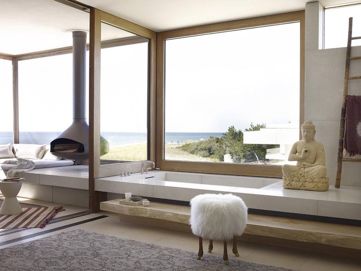 Ванна выполнена из известняка на заказ. Табурет, Marc Bankowsky. Ковер, ABC Carpets & Home.