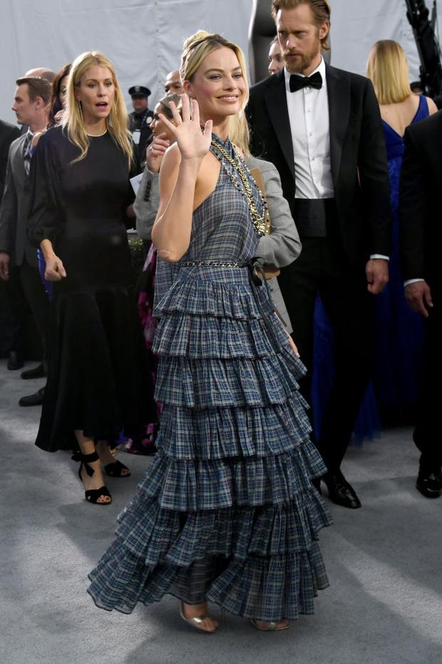 Круизное платье в клеточку уместно и на красной дорожке: Марго Робби на Премии Гильдии киноактеров (фото 3)