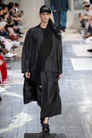 Показ Yohji Yamamoto коллекции сезона Весна-лето 2018 года Men prêt-à-porter - www.elle.ru - Подиум - фото 623209