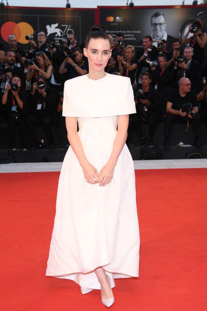 Как невеста: Руни Мара в белом платье Givenchy (фото 2)