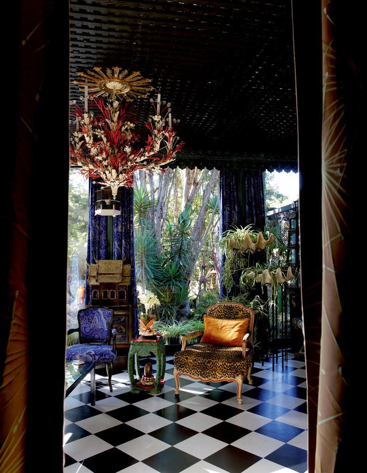Окна столовой выходят в роскошный сад, украшенный скульптурами Дюкетта и многочисленными павильонами.