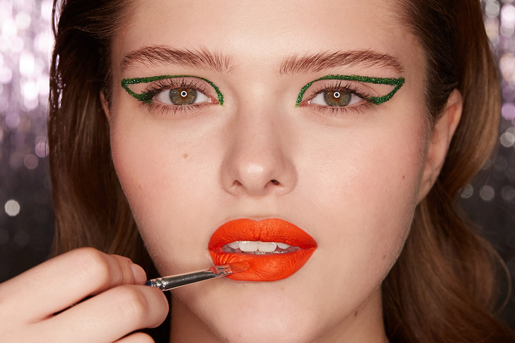 Поэтапная инструкция: 2 новогодних макияжа от визажистов Елены Крыгиной (фото 30)