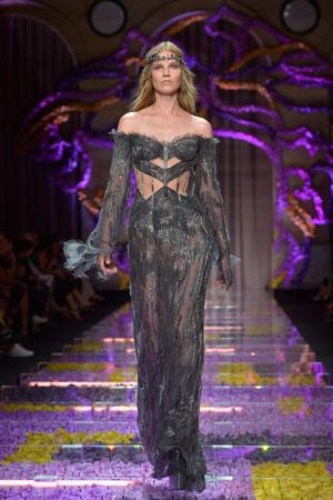 Показ Atelier Versace коллекции сезона Осень-зима 2015-2016 года Haute couture - www.elle.ru - Подиум - фото 596780