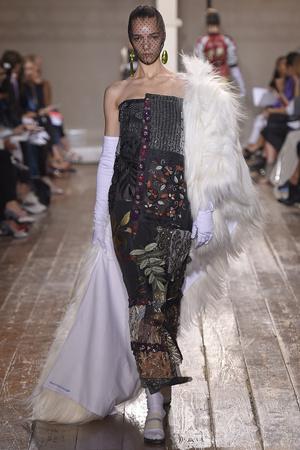 Показ Maison Martin Margiela коллекции сезона Осень-зима 2014-2015 года haute couture - www.elle.ru - Подиум - фото 585106