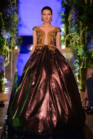 Показ Guo Pei  коллекции сезона Осень-зима 2017-2018 года Haute couture - www.elle.ru - Подиум - фото 623926