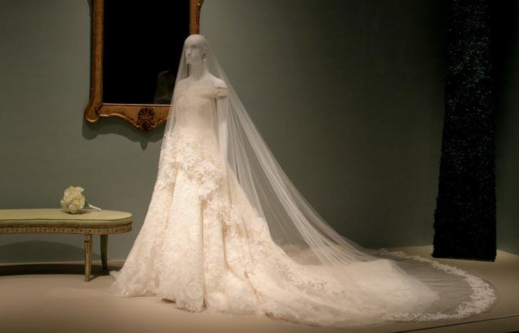 Свадебное платье Амаль Клуни покажут в музее фото [3]