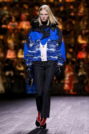 Как носить пуховик с вечерним платьем? Ответ найдете на показе Louis Vuitton (фото 2.1)