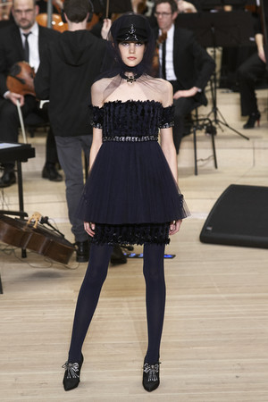 Показ Chanel коллекции сезона Pre-fall  2018 года Metiers d'Art - www.elle.ru - Подиум - фото 668771