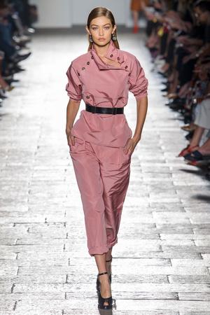 Показ Bottega Veneta коллекции сезона Весна-лето  2017 года prêt-à-porter - www.elle.ru - Подиум - фото 610527