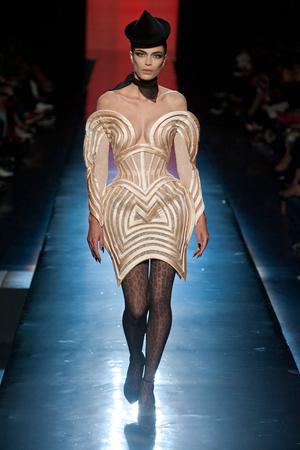 Показ Jean Paul Gaultier коллекции сезона Осень-зима 2013-2014 года Haute couture - www.elle.ru - Подиум - фото 556243