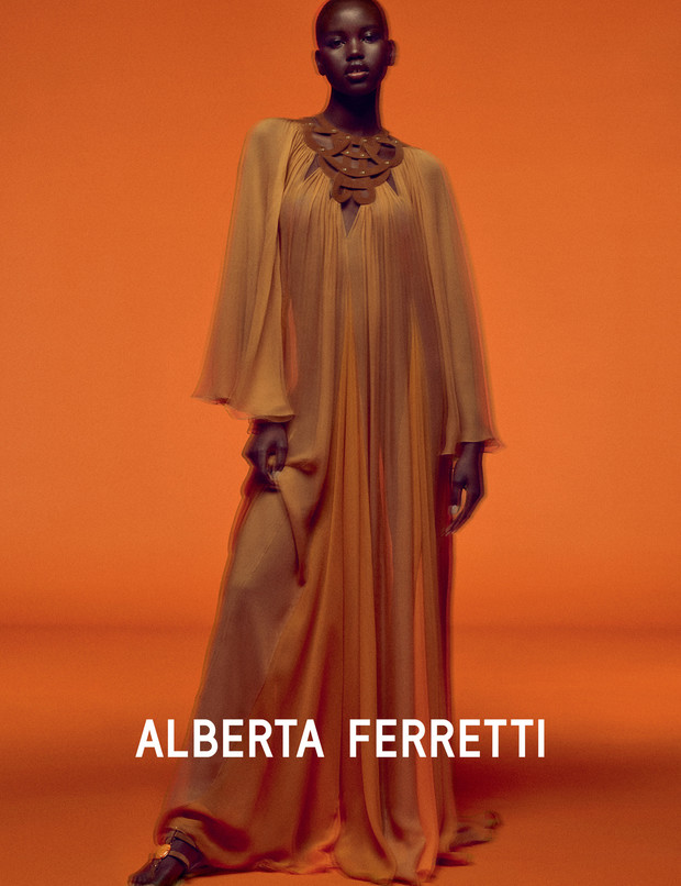 Главная супермодель 2019 года в рекламной кампании Alberta Ferretti (фото 1)