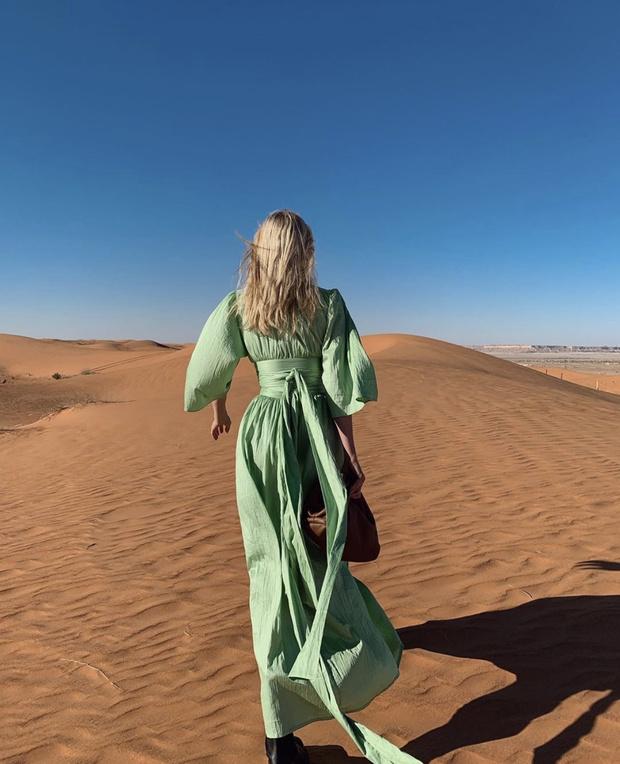 Эльза Хоск в шелковом платье главного оттенка 2020 года (фото 3)