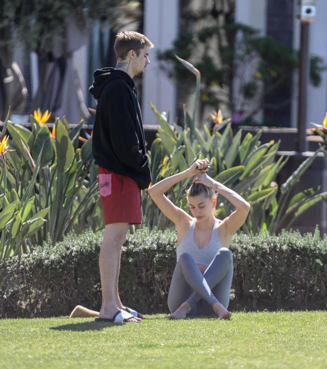 Свидание на пляже и йога: как провели выходные Хейли и Джастин Бибер? (фото 2.2)