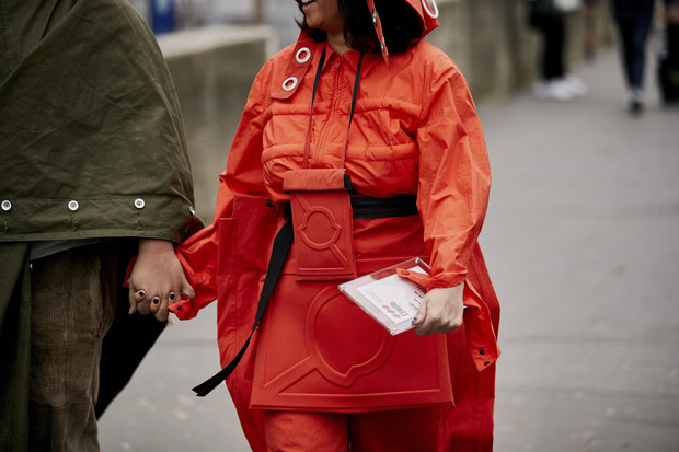 Красные куртки против желтых жилетов: стритстайл на Неделе мужской моды в Париже (фото 2)