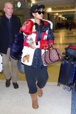 Все и сразу: Рианна в куртке Gucci и в уггах (фото 1)