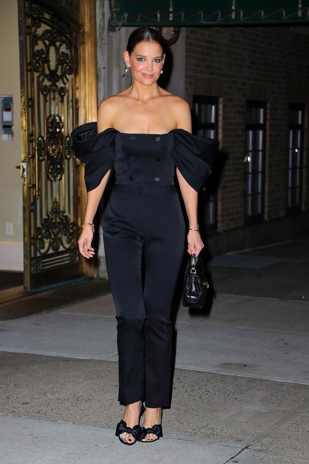 Кроп-топ, оголяющий плечи + строгие брюки: Кэти Холмс на ужине в Нью-Йорке (фото 1)