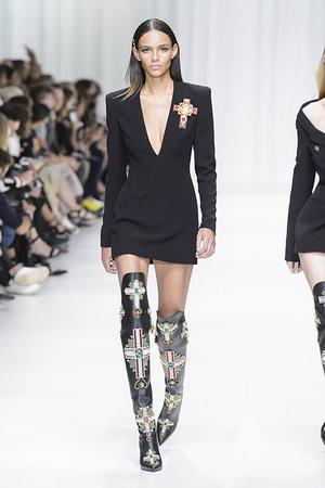 Показ Versace коллекции сезона Весна-лето 2018 года Prêt-à-porter - www.elle.ru - Подиум - фото 639541
