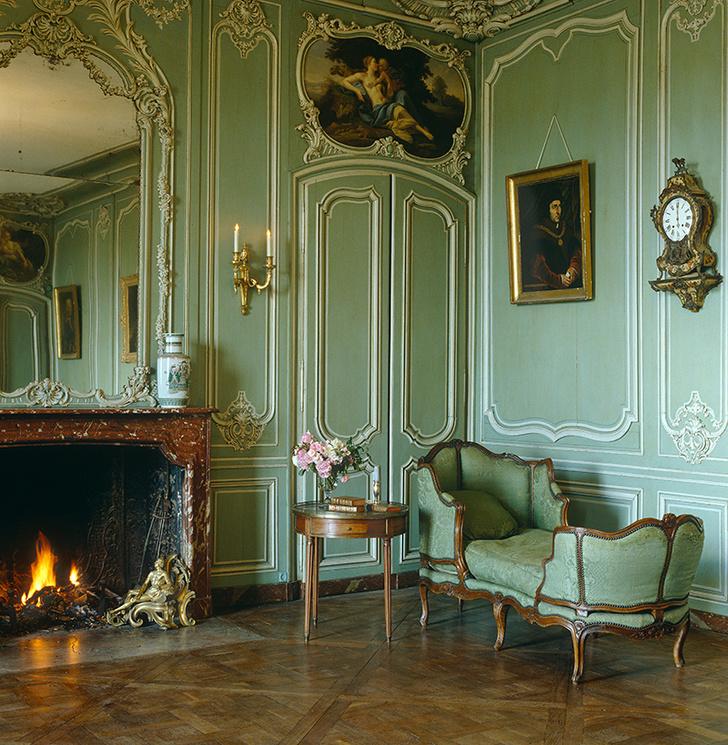 Классическое сочетание: крашеные панели буазери, деревянный паркет и десюдепорт — декоративная композиция над дверью.
