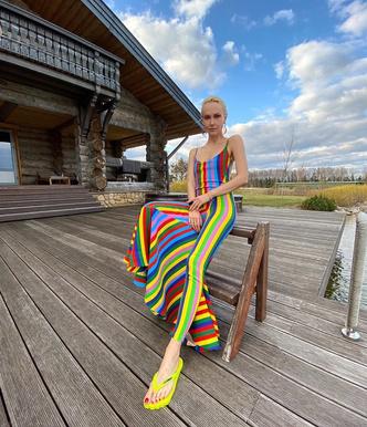 Сланцы и полосы: Ольга Карпуть в ярком платье Y/Project (фото 0.2)