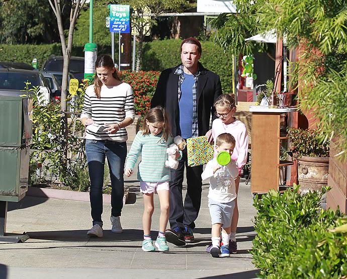 Бен Аффлек с детьми и бывшей женой Дженнифер Гарнер