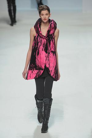 Показы мод Issey Miyake Осень-зима 2010-2011 | Подиум на ELLE - Подиум - фото 2726