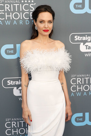 Snow queen: Анджелина Джоли на Critics' Choice Awards (фото 2)