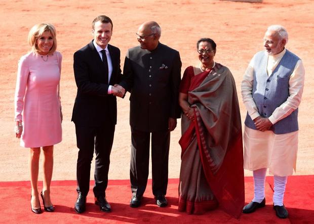 Бриджит Макрон в пудровом платье Louis Vuitton в Индии (фото 4)