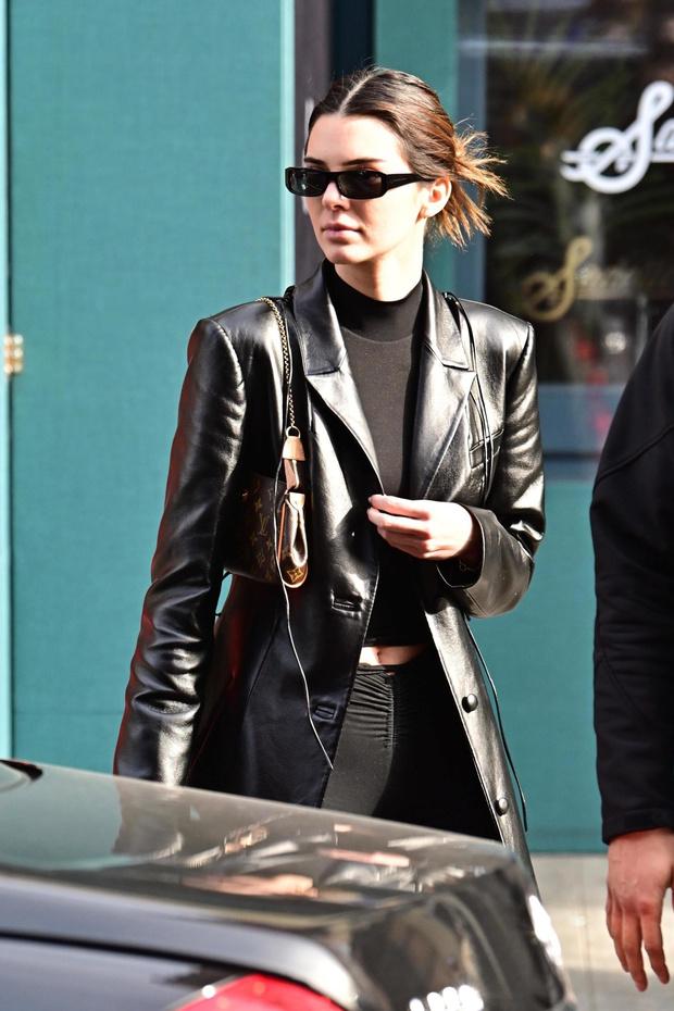 Мы загружены в «Матрицу»: Кендалл Дженнер и ее черный кожаный плащ (фото 2)