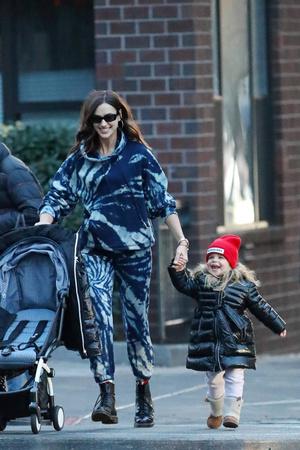 Счастливы вместе: Ирина Шейк на прогулке с дочерью Леей (фото 1.1)