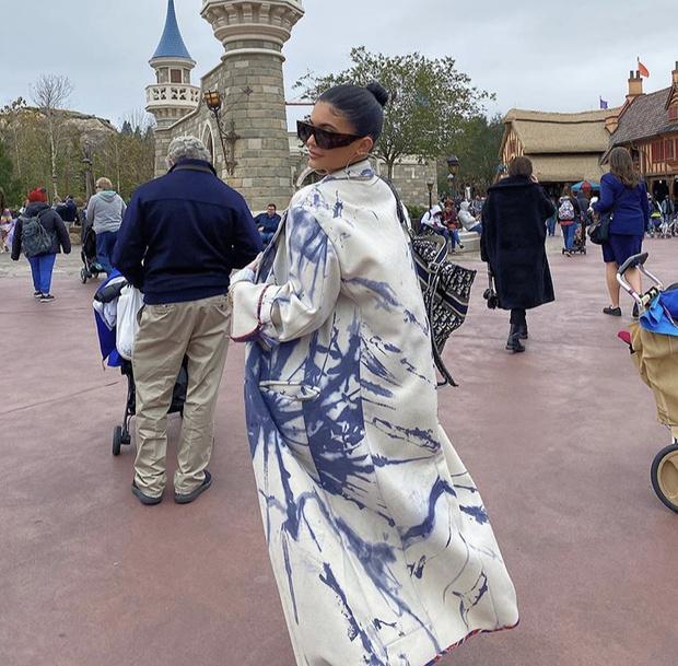 Кто-то разбрызгал краски: необычное пальто Кайли Дженнер (фото 1)