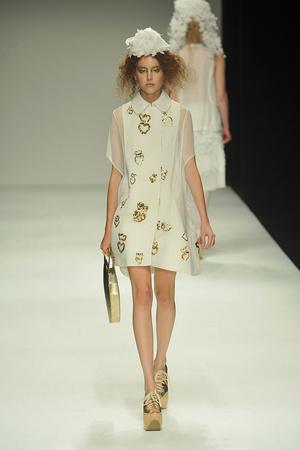 Показы мод John Rocha Весна-лето 2010 | Подиум на ELLE - Подиум - фото 3032