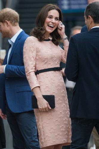 Новый выход беременной в третий раз Кейт Миддлтон фото [6]