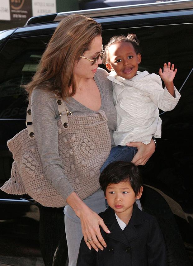 Анджелина Джоли с детьми Паксом и Захарой