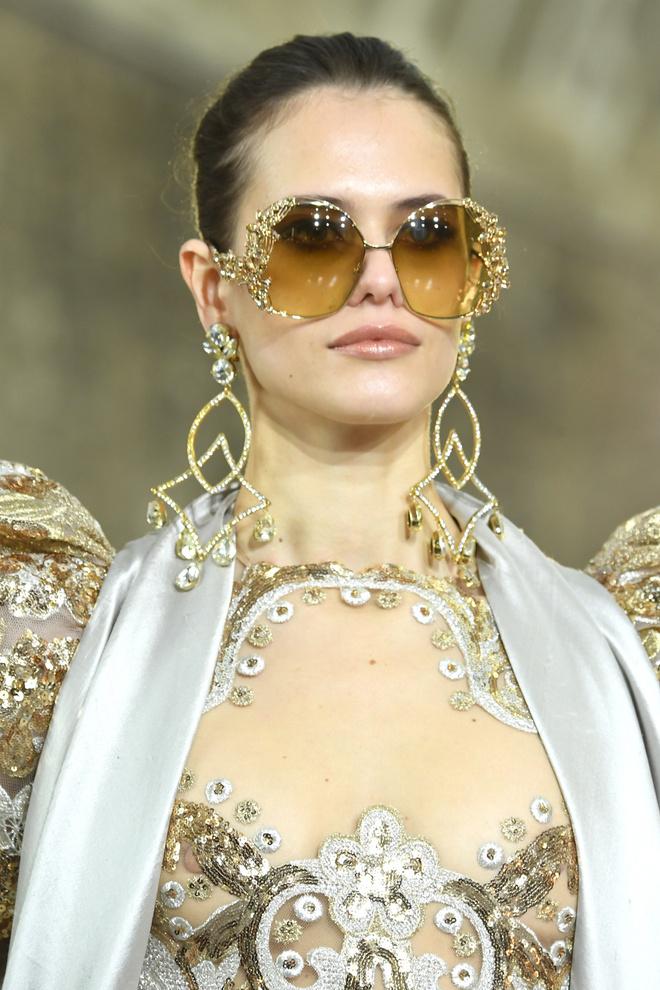 Вырезы в форме галстука и сотни тысяч кристаллов: Elie Saab Haute Couture 2020 (фото 5.2)