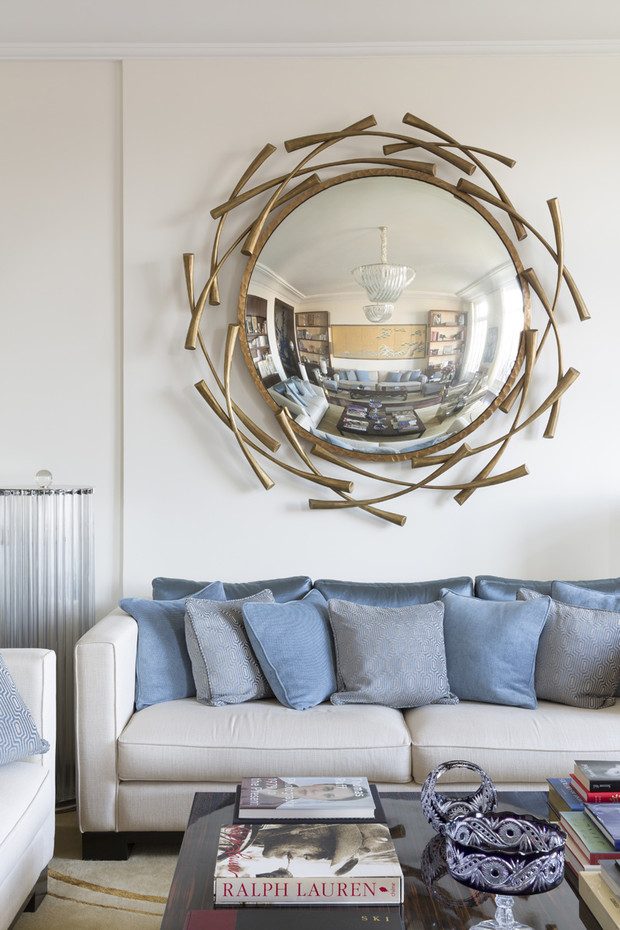 Фрагмент гостиной. Над диваном — зеркало по дизайну Эрве ван дер Стратена