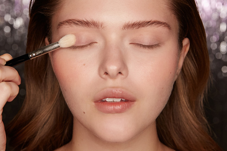 Поэтапная инструкция: 2 новогодних макияжа от визажистов Елены Крыгиной (фото 20)