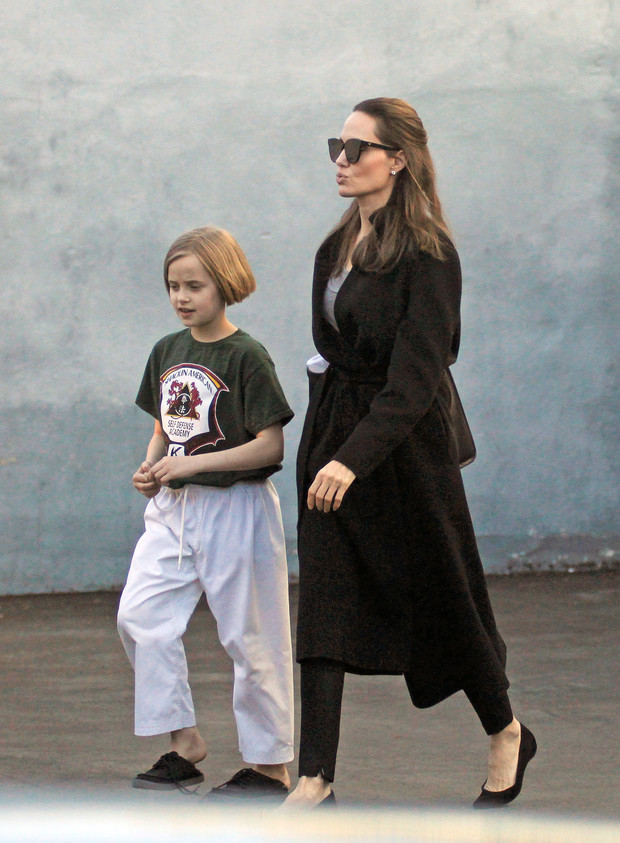 Фото дня: Анджелина Джоли отвела дочь на занятия (фото 2)