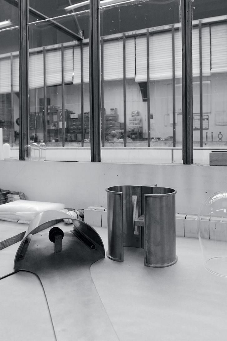 Процесс обработки металла в парижских мастерских Christian Liaigre.