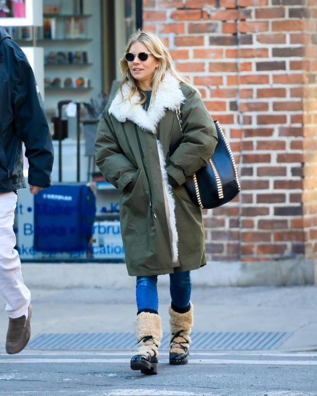 Уютная зима: Сиенна Миллер на прогулке в меховой парке (фото 3)