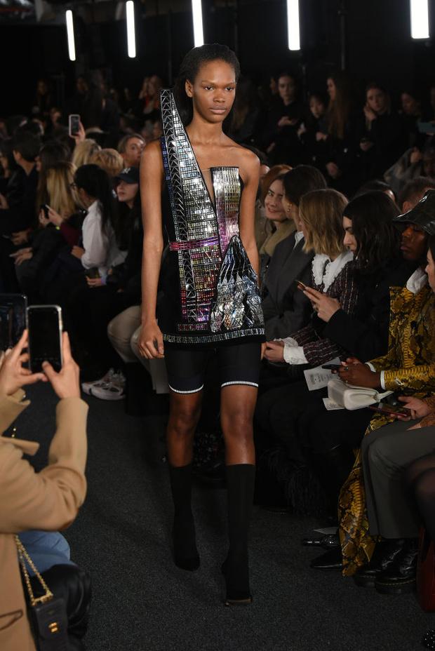 Черный – новый черный: показ David Koma на London Fashion Week (фото 23)