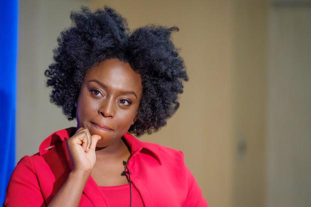 Нужно воспитывать в своем окружении «феминизм повседневности»: Чимаманда Нгози Адичи (фото 19)
