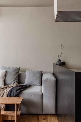 Брутальная квартира в бежевых тонах с черной спальней 72 м² (фото 2.2)