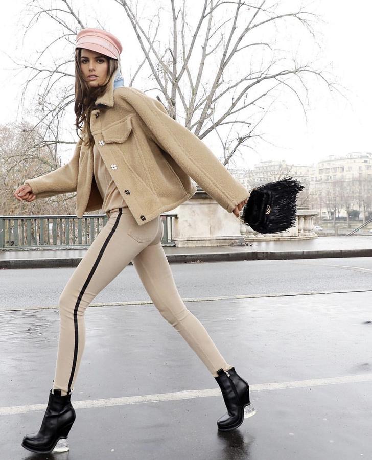 Парижанка 3.0: Изабель Гулар в розовой кепке Багинского и бежевых джинсах-скинни (фото 1)