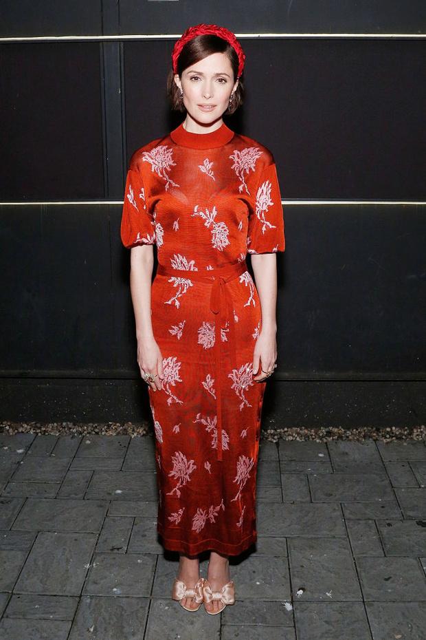 Lady in red: Роуз Бирн в платье Chloé на театральной премьере (фото 1)