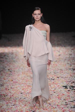 Показ Givenchy коллекции сезона Весна-лето 2009 года Haute couture - www.elle.ru - Подиум - фото 86808