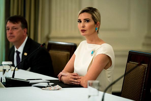 Белоснежное платье для приемов с бирюзовой брошью: Иванка Трамп выходит с карантина (фото 1)